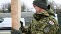 Pripadnici HV grade natkriveni prostor između šatora i KB Dubrava